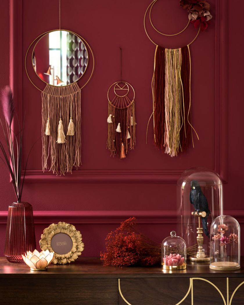 deco salon couleur bordeaux mur attrape rêve