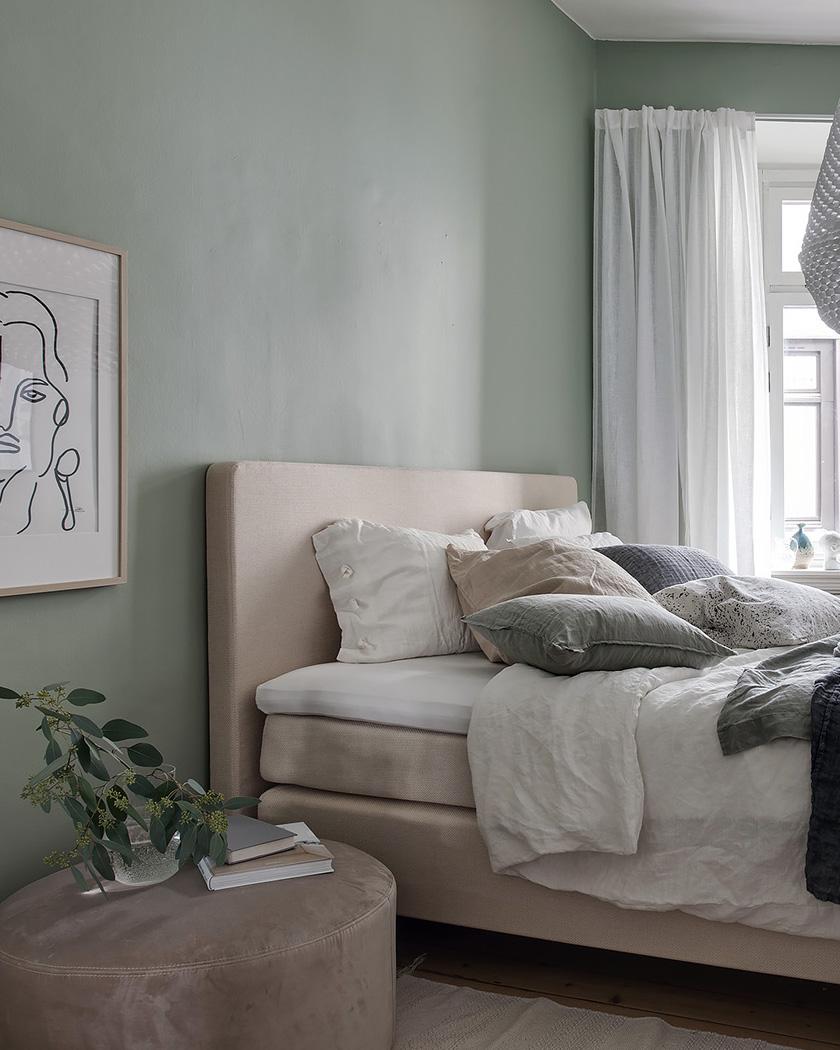 chambre scandinave murs vert pastel lit beige