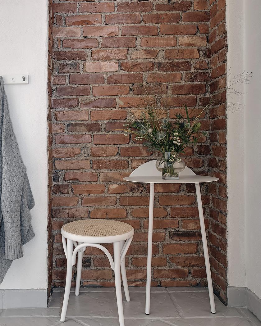 chambre scandinave murs vert pastel mur brique rouge