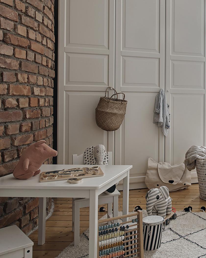 chambre enfant scandinave mur briques rouges