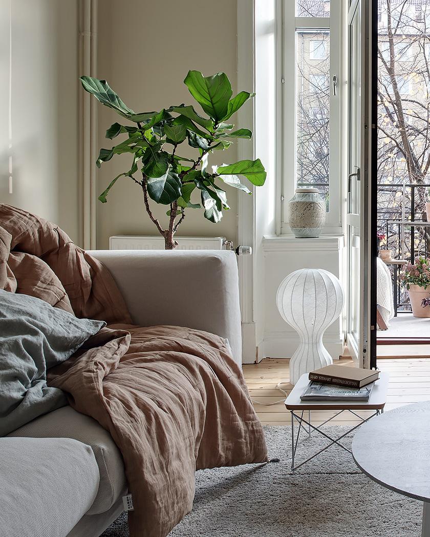 salon scandinave beige canapé et plaid lin
