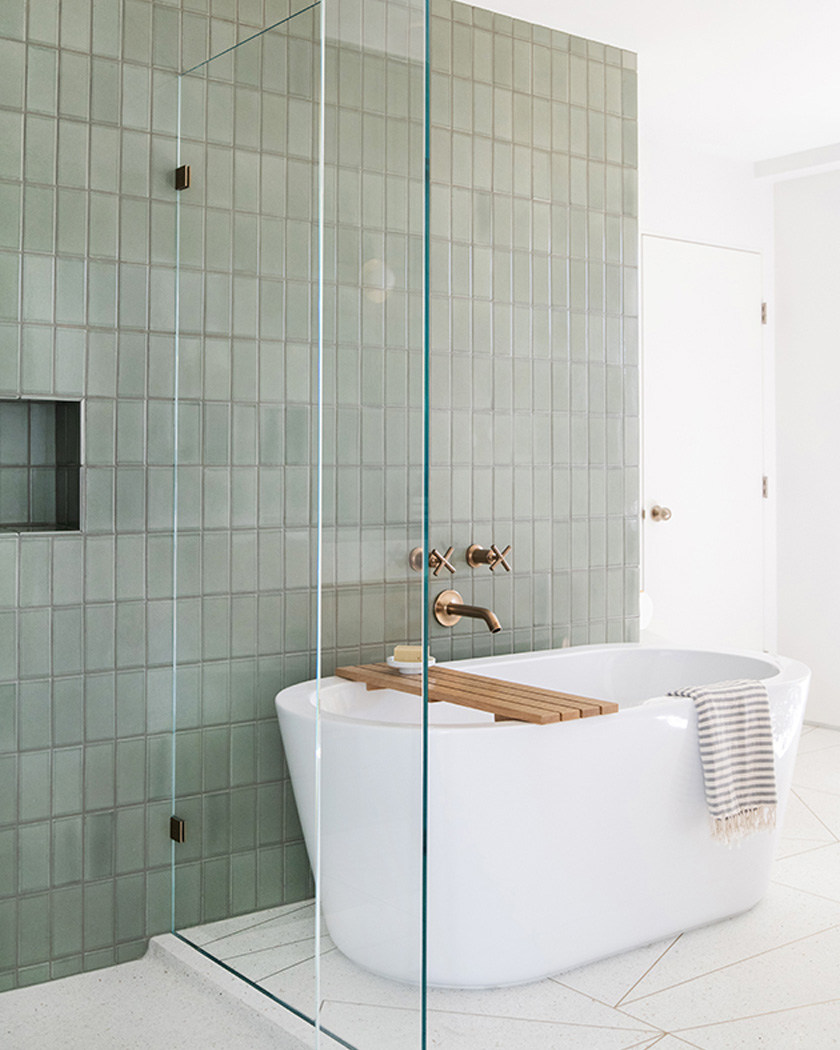 salle de bain deco carrelage métro vert baignoire blanche