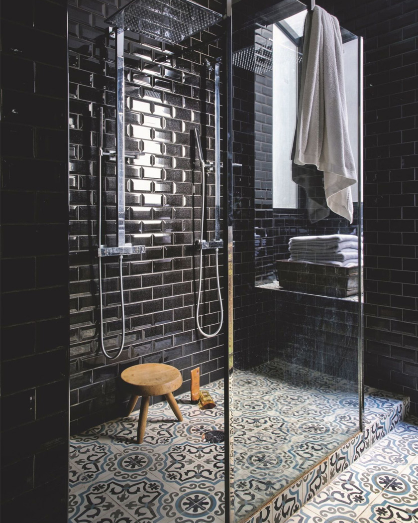 salle de bain deco carrelage métro noir douche