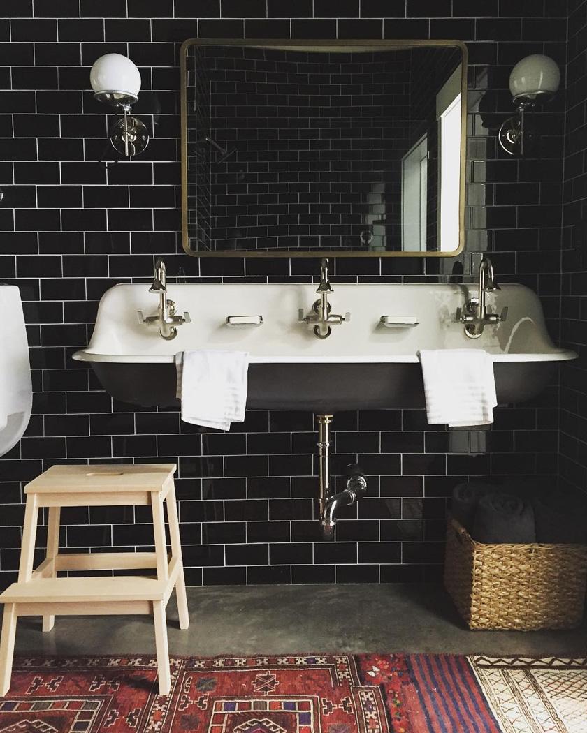 salle de bain deco carrelage métro noir vintage