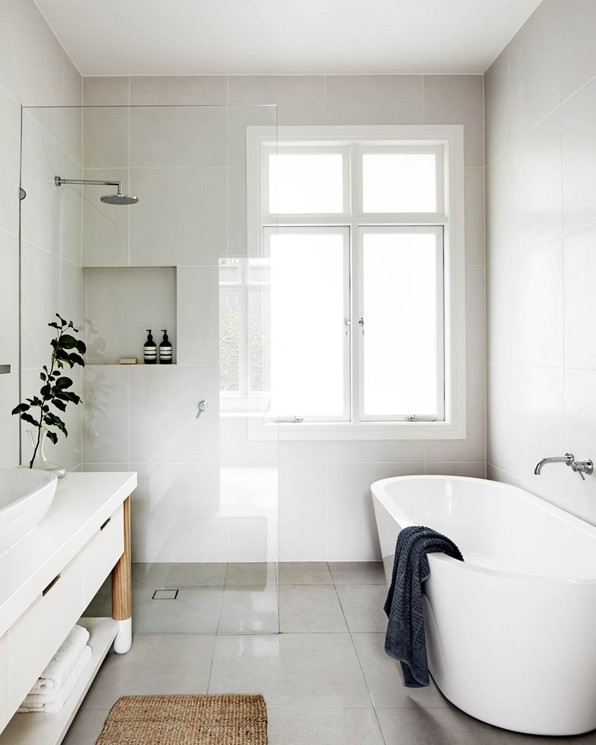 deco salle de bain moderne baignoire blanc