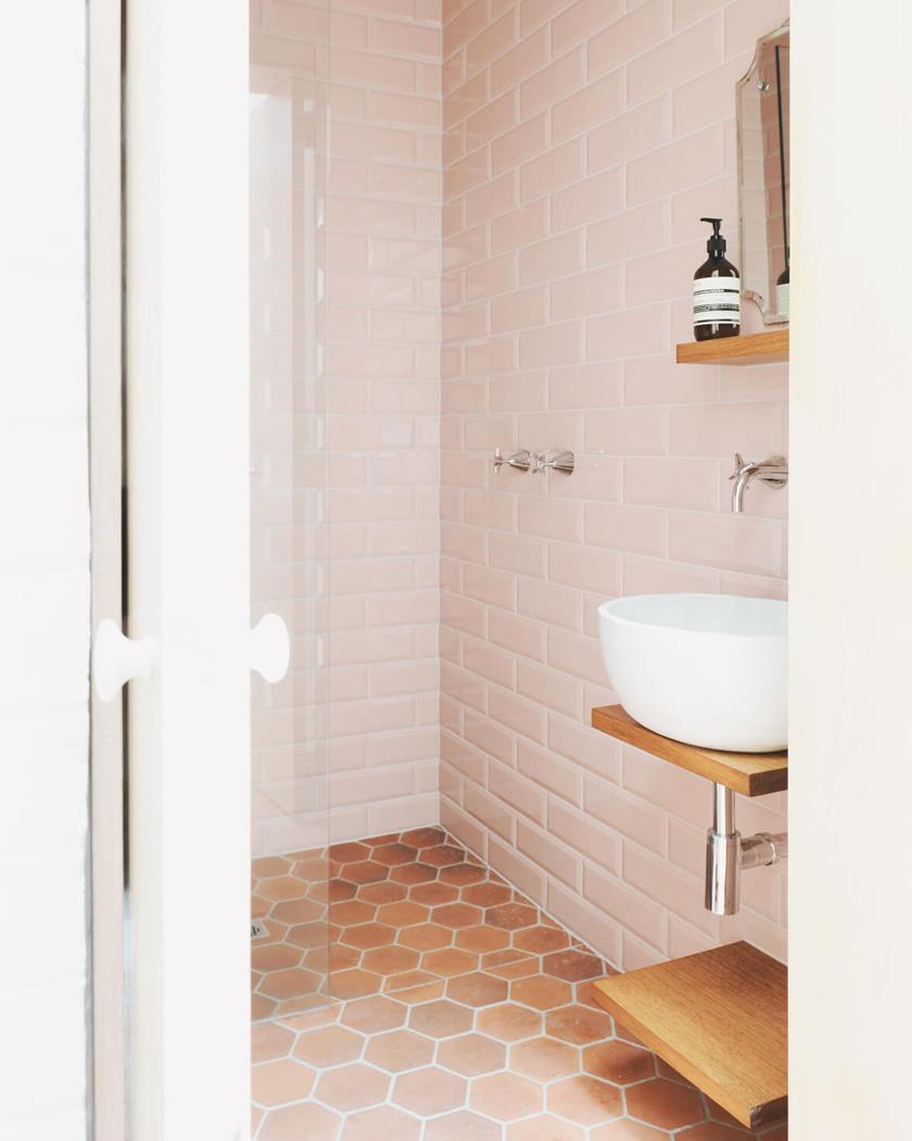 deco sol terre cuite salle de bain rose