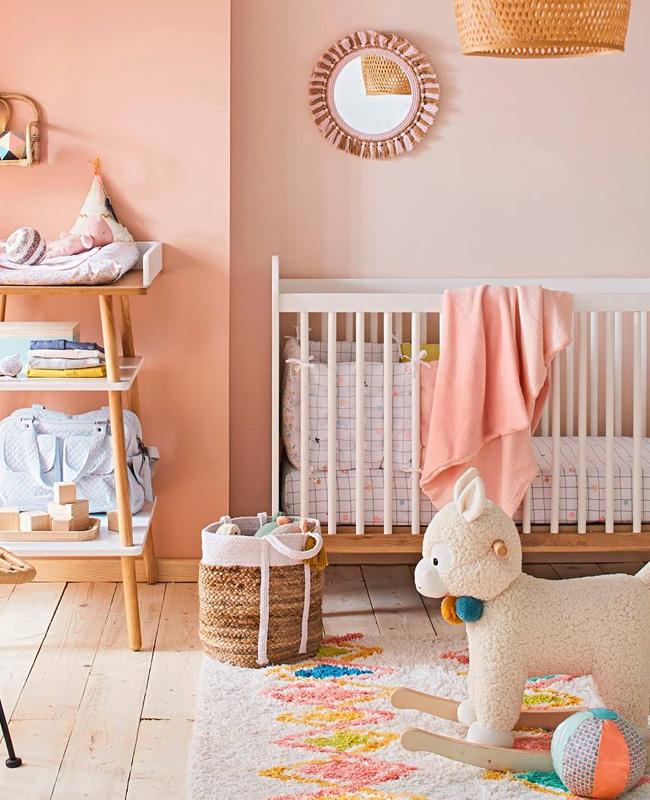 préparer chambre bébé lit barreaux blanc bois