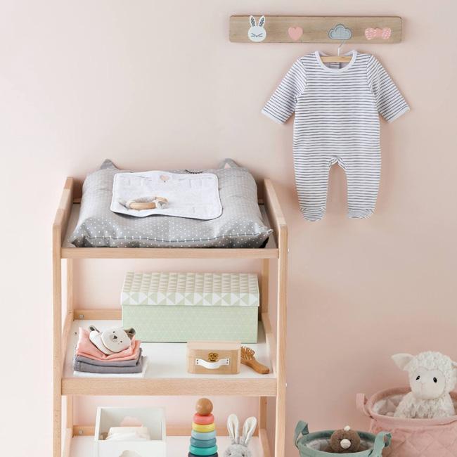 préparer chambre bébé table à langer bois