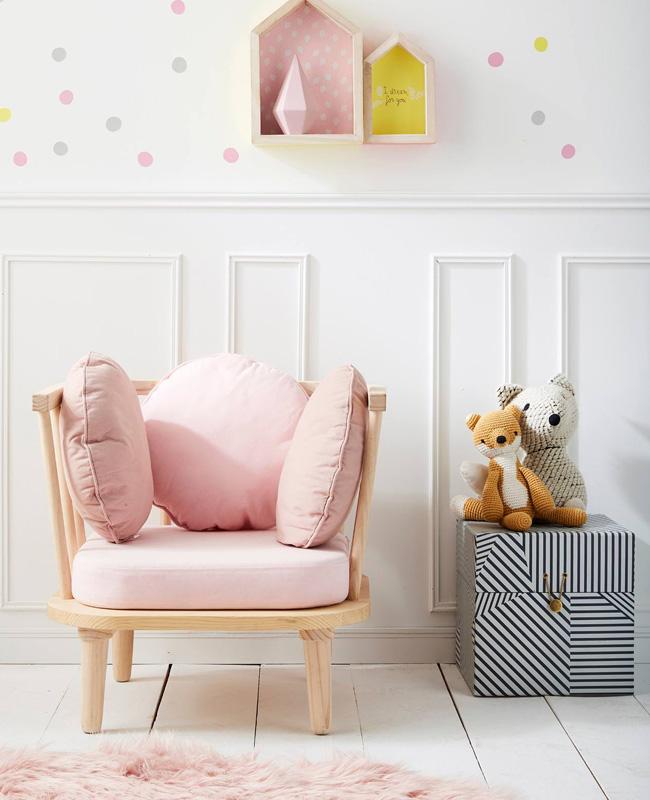 préparer chambre bébé fauteuil retro rose