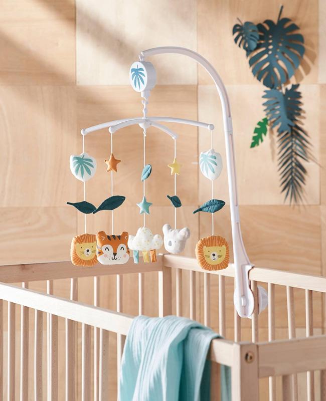 préparer chambre bébé mobile animaux