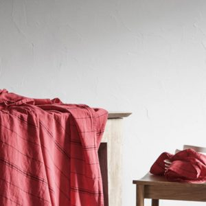 linge de table en lin blanc cerise nappe rouge