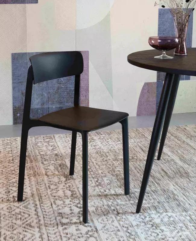 chaise moderne noire